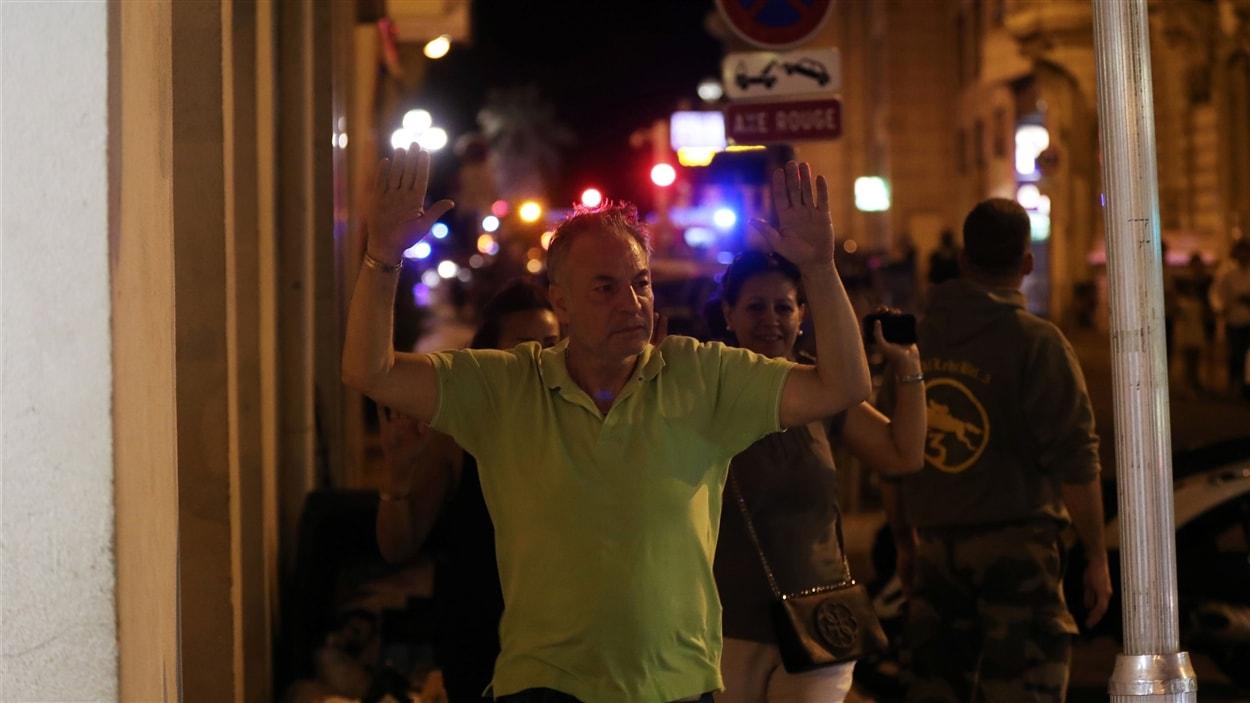 Un homme traverse un contrôle de police à Nice.