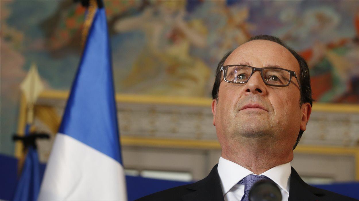 Le président français s'adressant aux journalistes à la préfecteure de Nice