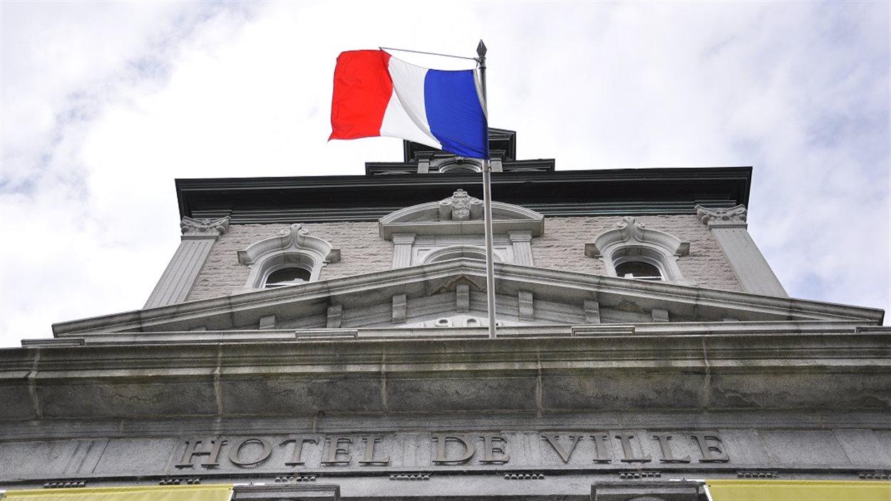 Le drapeau français a été hissé à l'hôtel de ville de Sherbrooke.