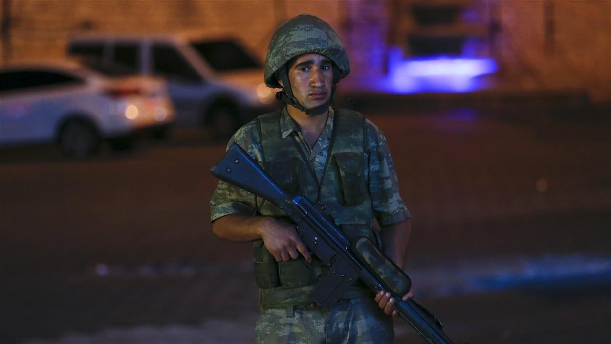 Un soldat se tient près de la place Taksim à Istanbul.