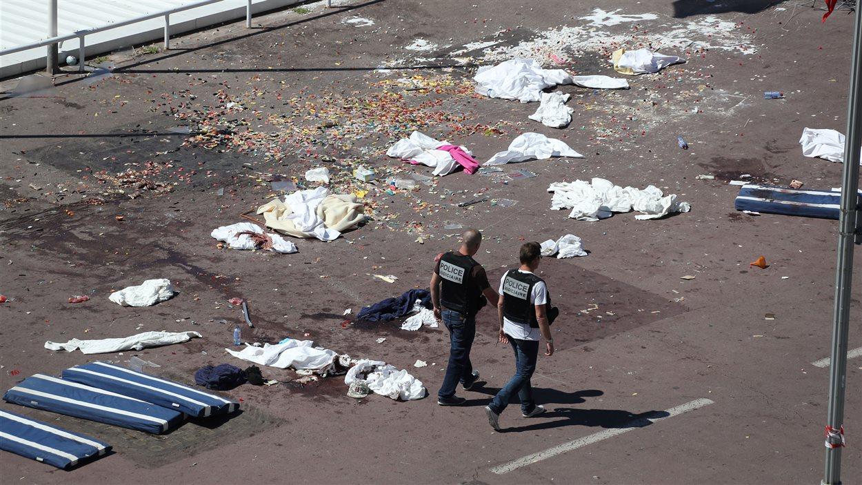 Des policiers français sur la promenade des Anglais où un camion a happé des dizaines de personnes.