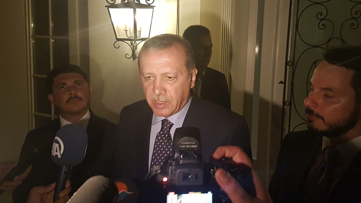 Le président turc Recep Tayyip Erdogan, actuellement dans la ville de Marmaris, s'adresse aux médias.