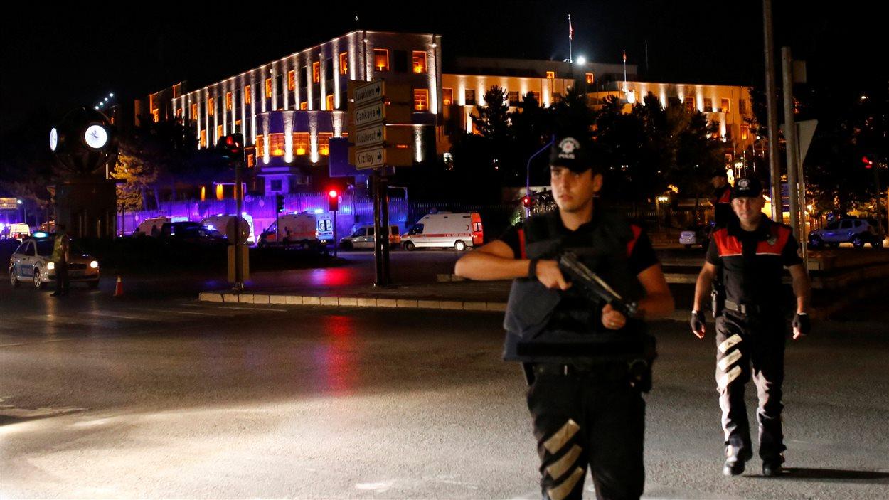 Des policiers près du quartier général de l'armée à Ankara, en Turquie.