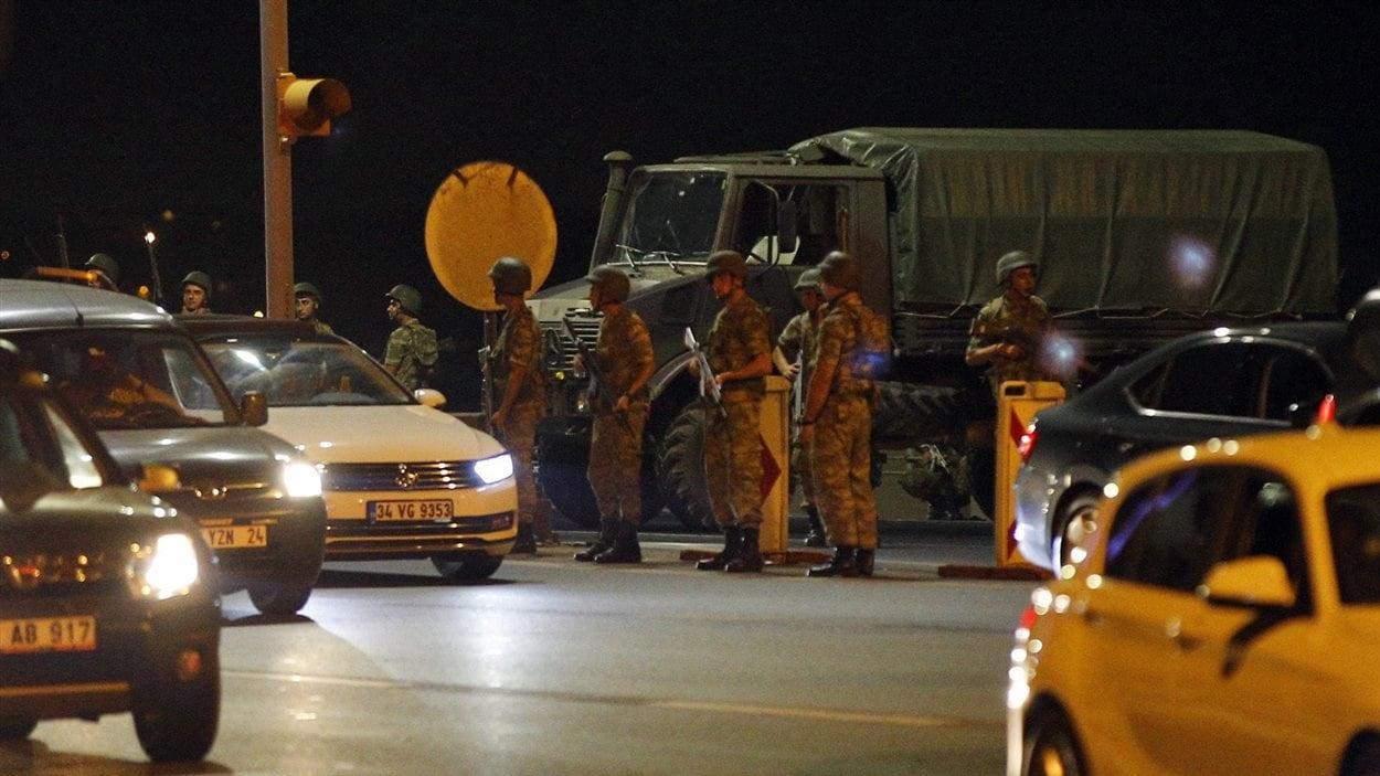 Forte présence de soldats turcs dans les rues d'Istanbul.