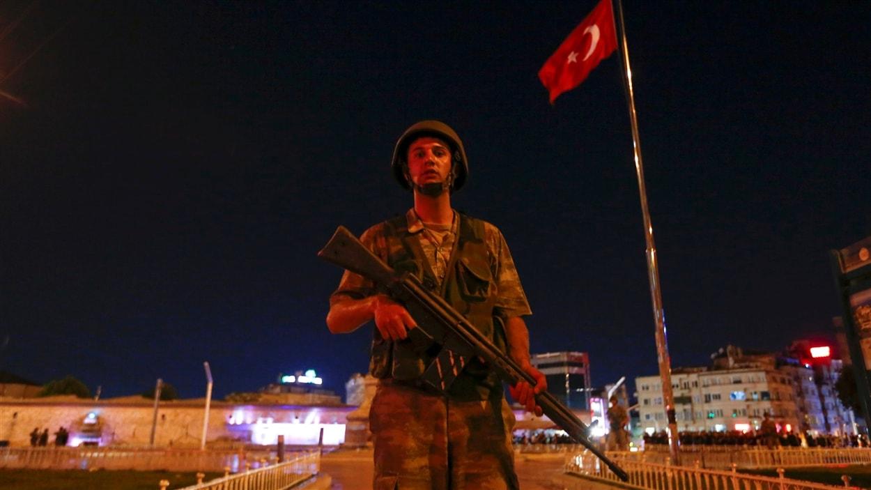 Un soldat turc monte la garde près de la place Taksim à Istanbul.