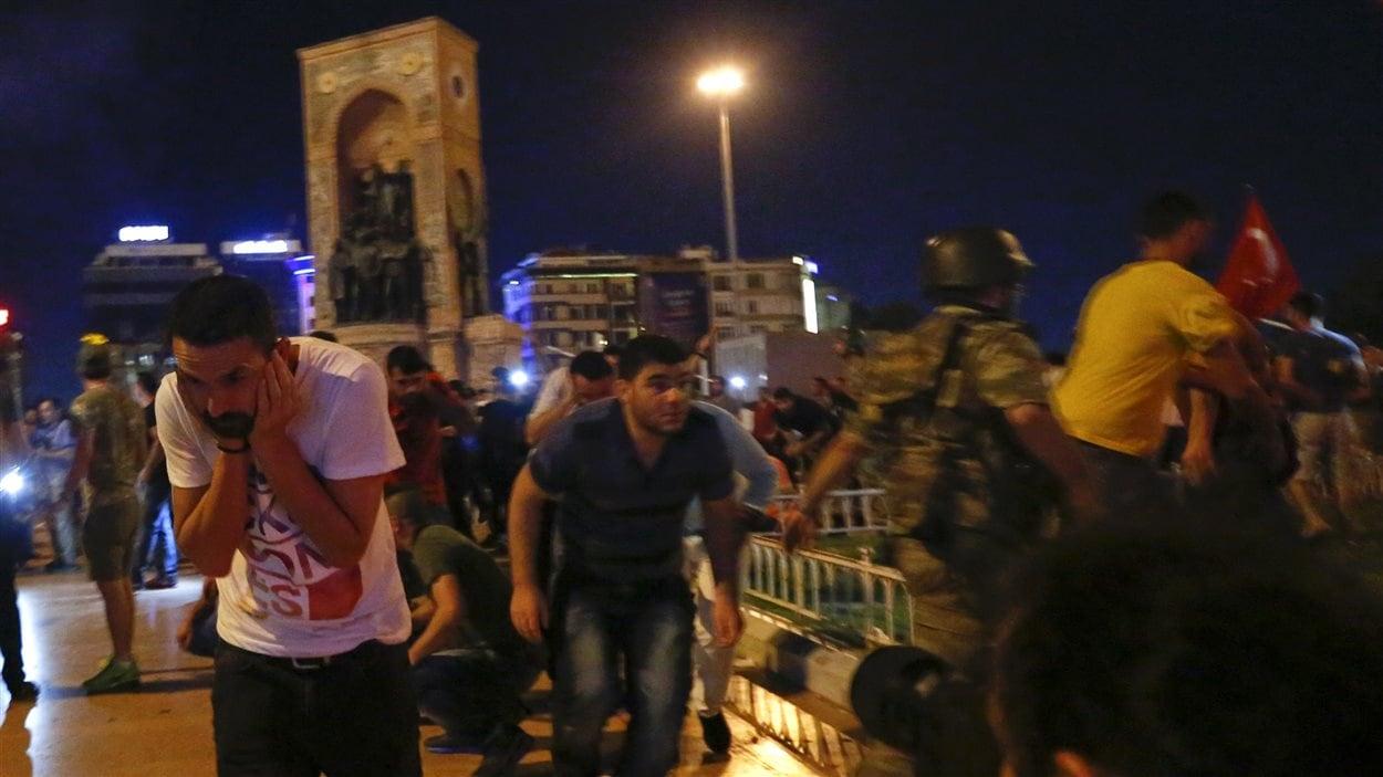 Des pro-Erdogan sont dispersés par des tirs de militaires turcs à la place Taksim.