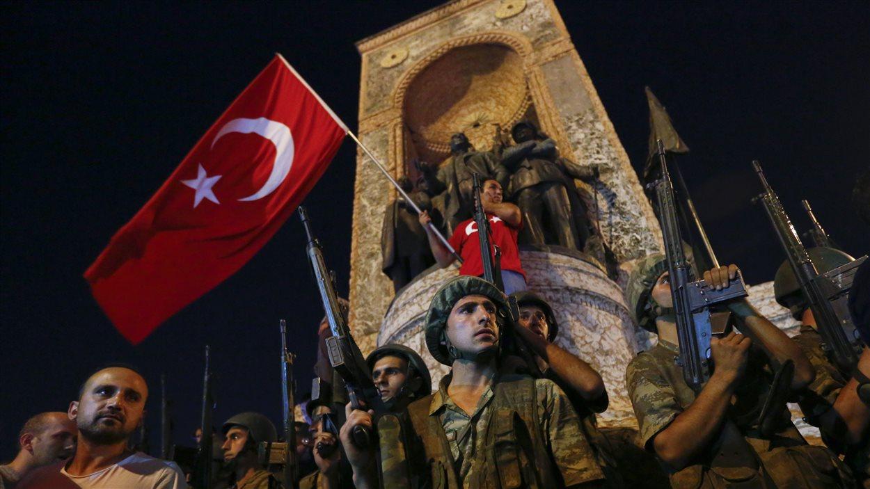 Des Turcs manifestent devant le Monument de la République à la place Taksim.