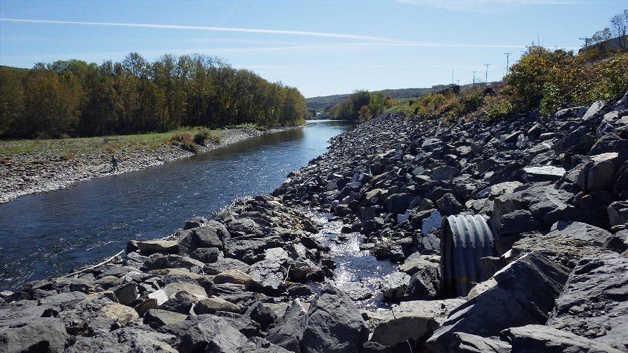 Le Canadien National a effectué des travaux d'enrochement pour protéger la voie ferrée dans le secteur de Sainte-Florence, plus précisément la fosse à saumons du Cordonnier.