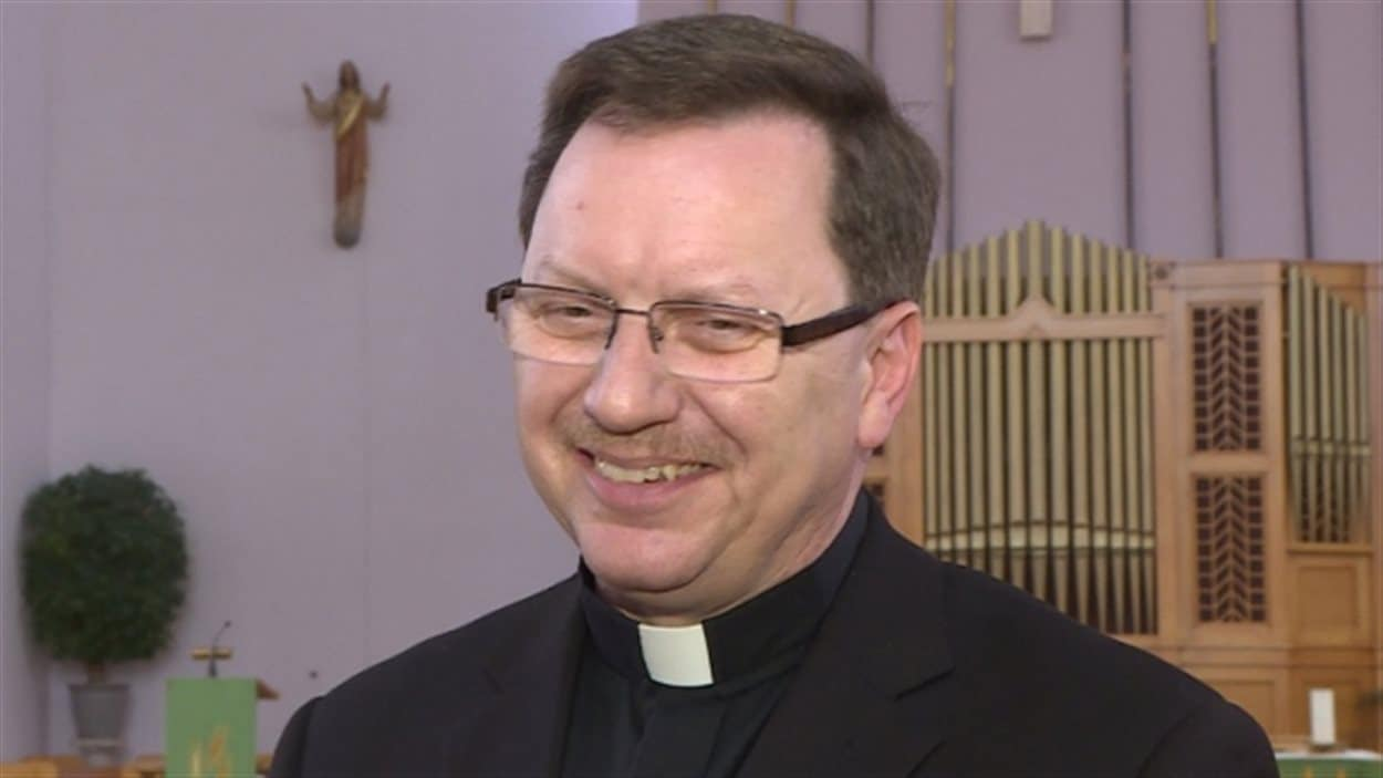 Le père David Ferguson a vu une importante augmentation du nombre de paroissiens à la messe et a aidé l'église à assainir ses finances...