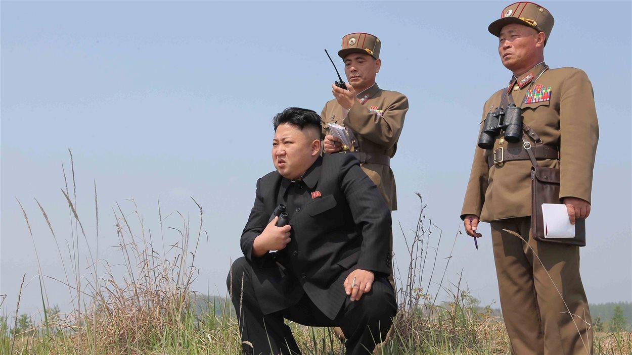 Le leader nord-coréen Kim Jong-Un supervise un lancement de missiles. Date inconnue.