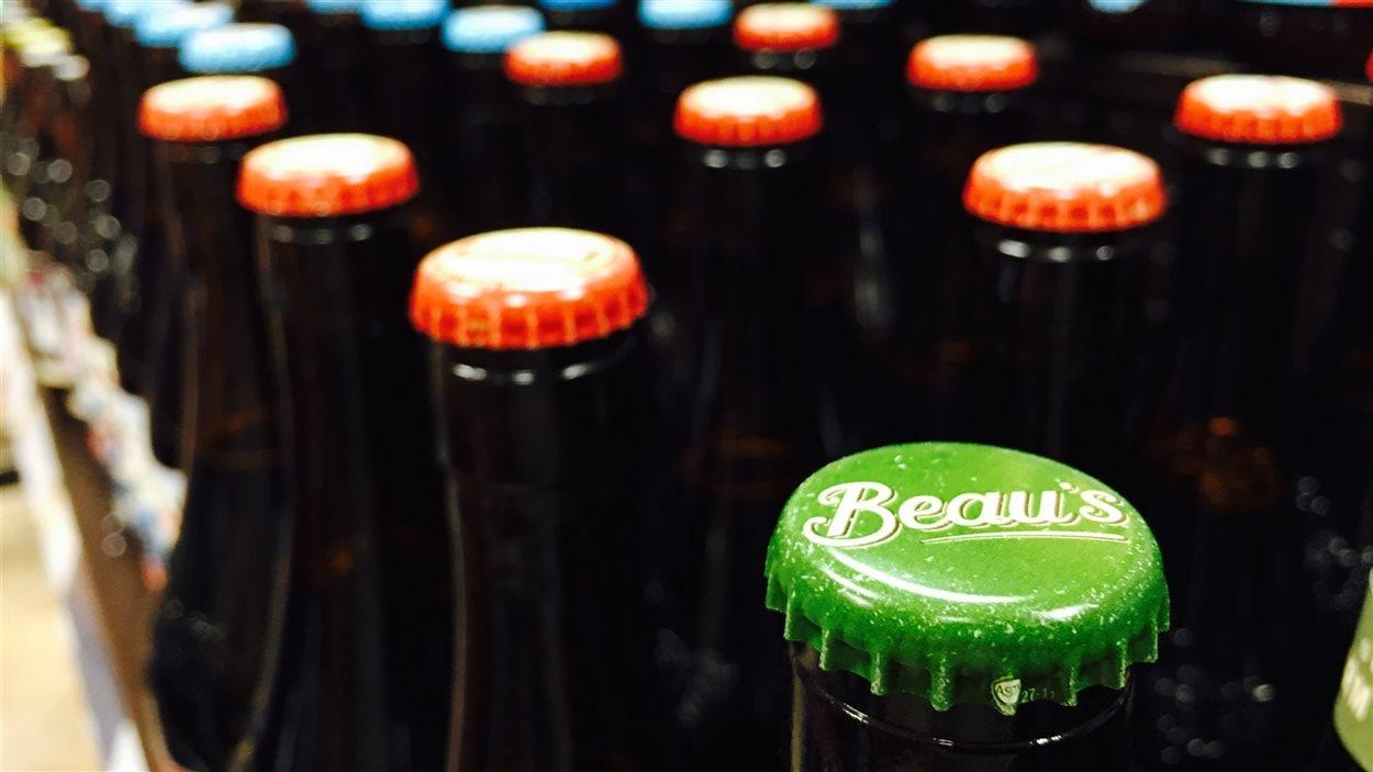 Des bouteilles de bière de la microbrasserie Beau's.