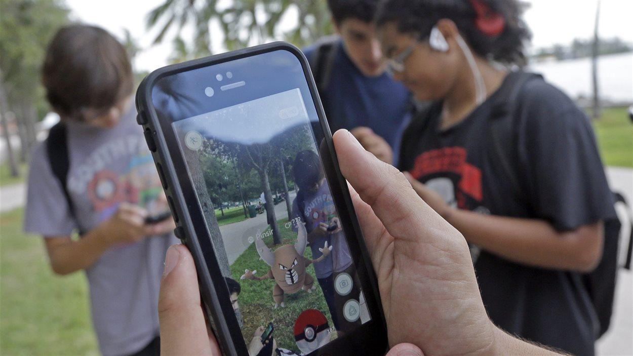 Des amateurs de l'application Pokémon GO