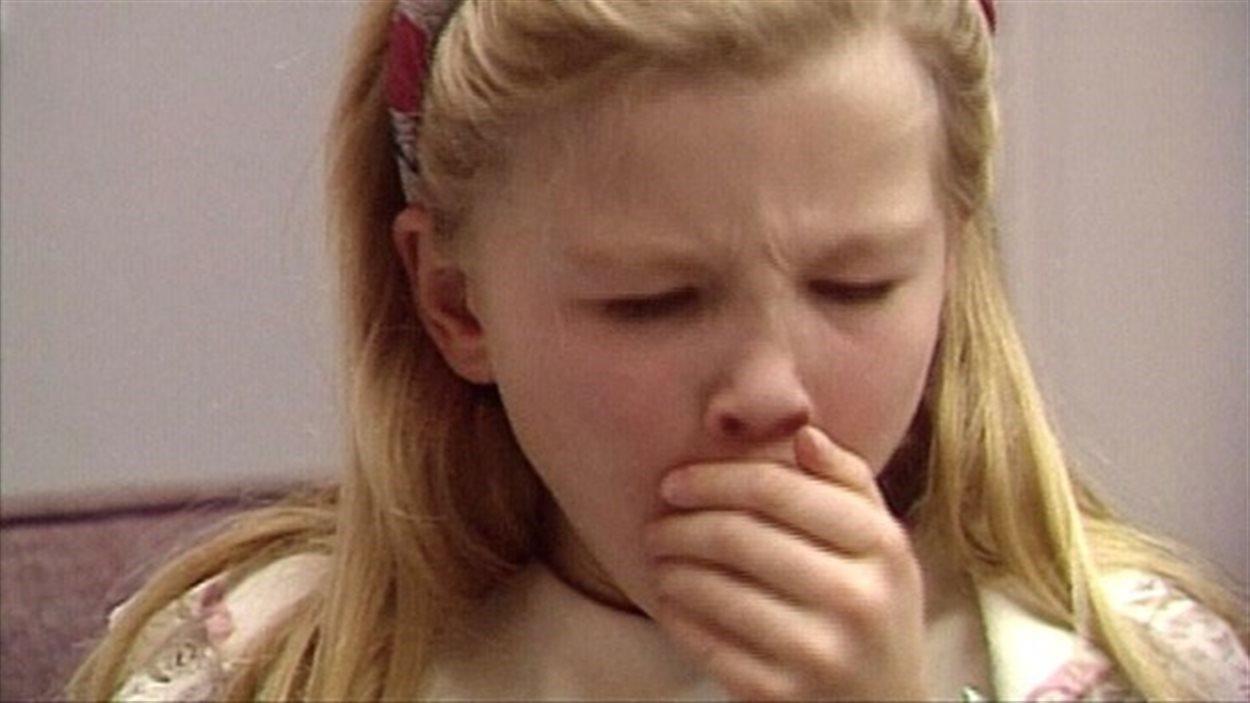 La coqueluche provoque une violente toux.