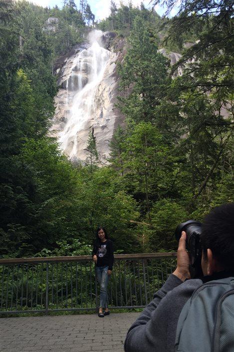 Les touristes sont nombreux à se faire photographier devant les chutes Shannon.