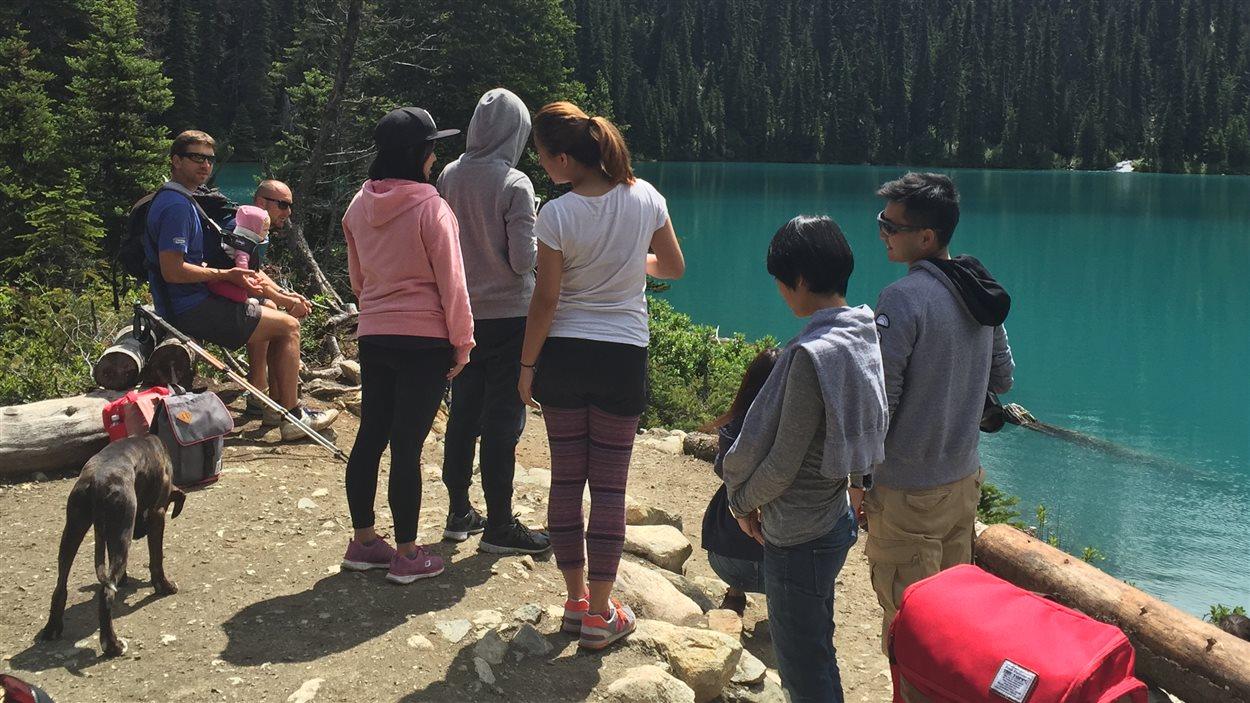 L'accessibilité du parc Joffre Lakes fait en sorte que le sentier est très achalandé