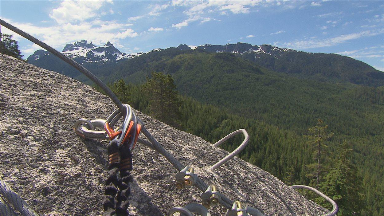 Il faut être accroché au cable en tout temps quand on fait la Via Ferrata