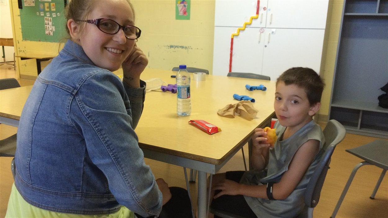 L'animatrice du camp de jour adapté aux enfants autistes, Mathilde Harton, en compagnie du petit Julian McGraw