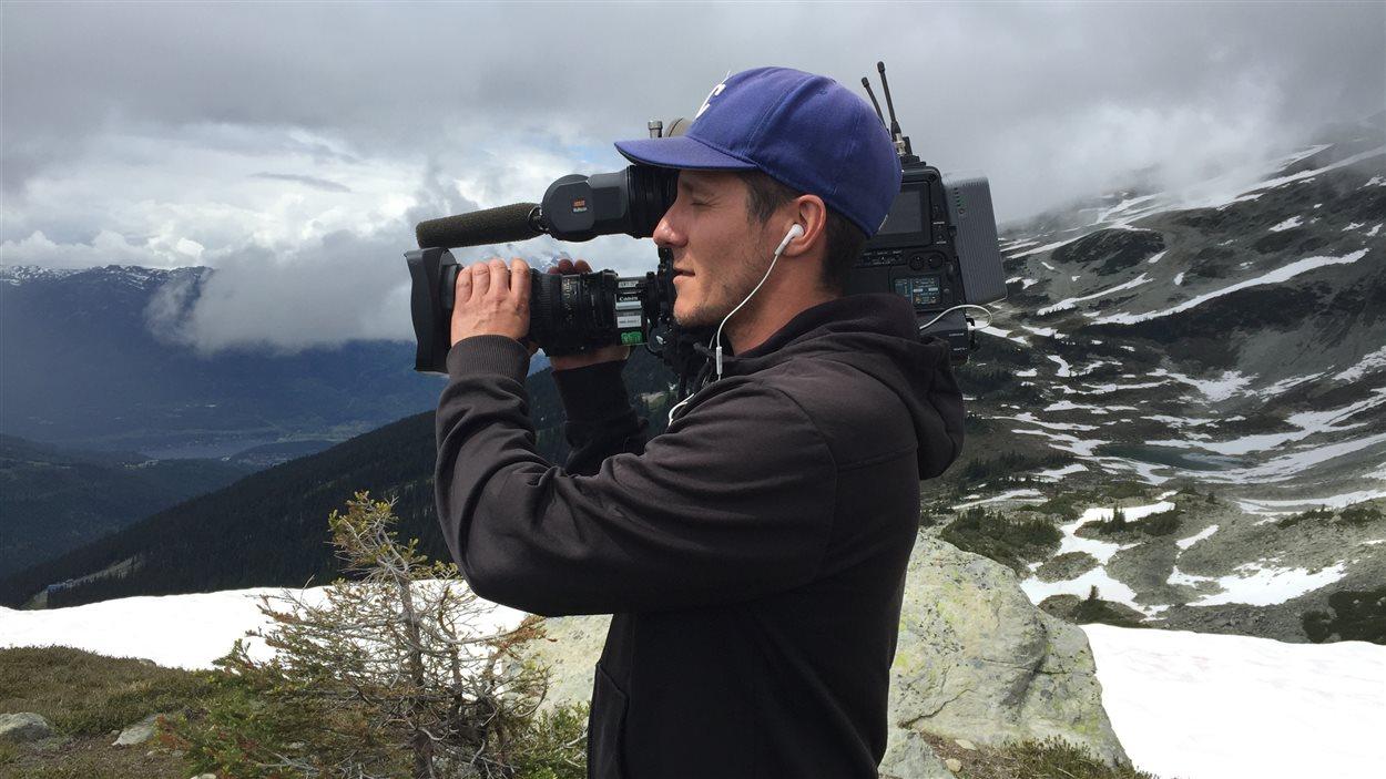 Le cameraman Simon Charland n'a pas voulu troquer sa caméra lourdre contre un modèle plus léger, même avec six heures de marche!