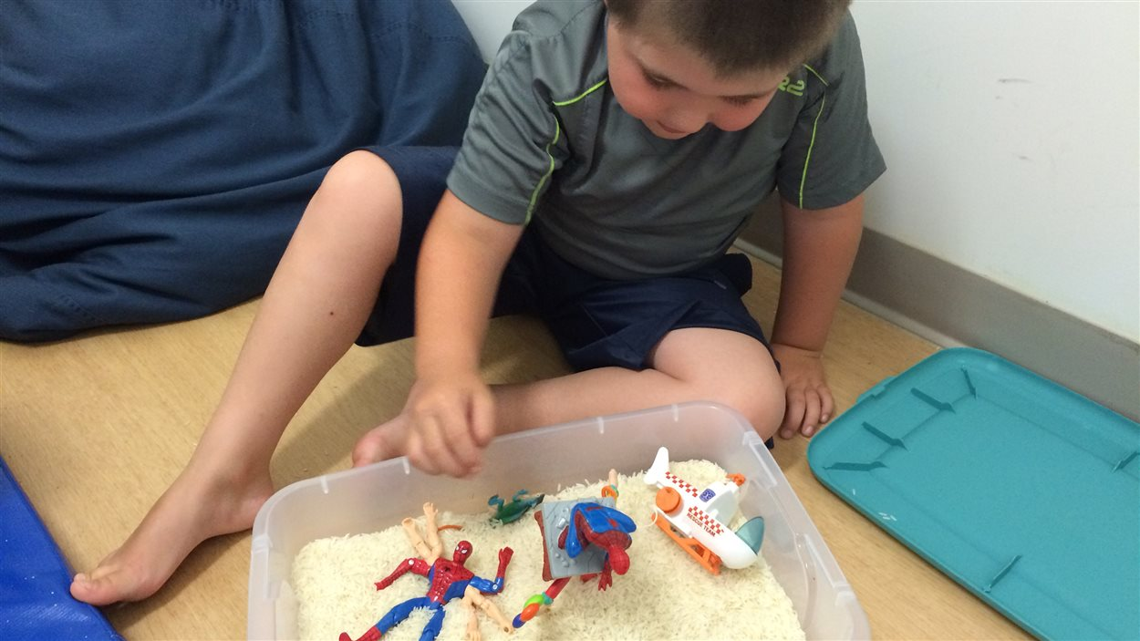 Maverick Martel s'amuse sous la supervision de l'animatrice Geneviève Racette au camp de jour adapté pour les enfants autistes.