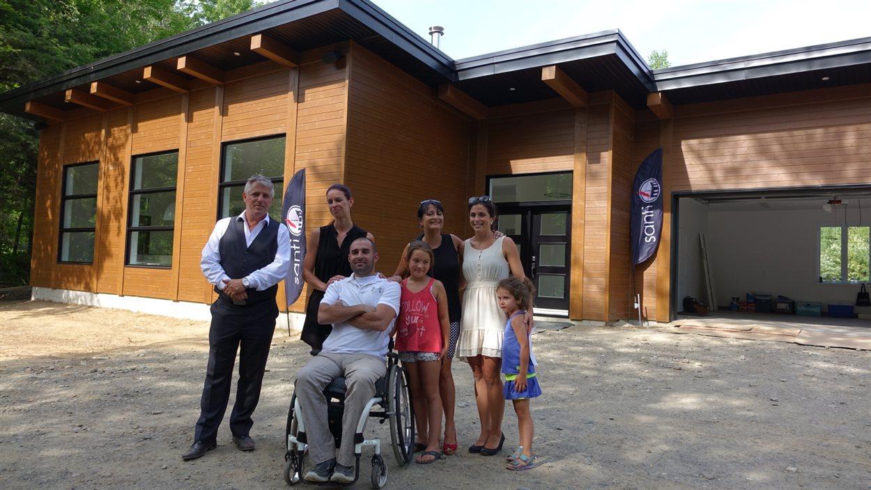 Marc Lamontagne entouré du président de Santi Construction, Marc Bougie, sa conjointe Josiane, sa mère Liette, sa soeur, sa fille Maude et sa nièce
