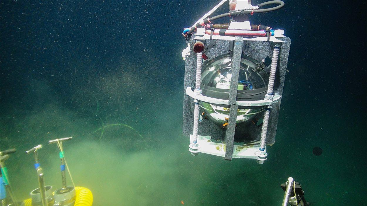 Un robot installe un capteur sismique au large de l'île de Vancouver.