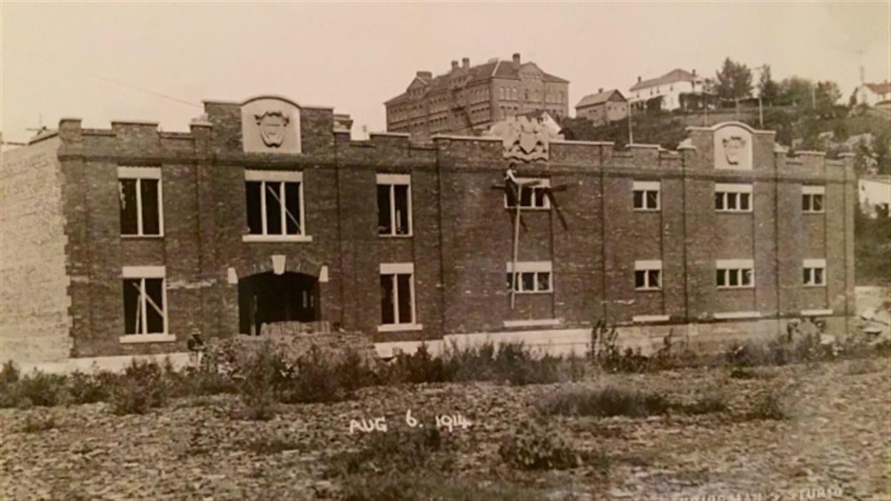 La construction du Ortona Amoury en 1914 à Edmonton.