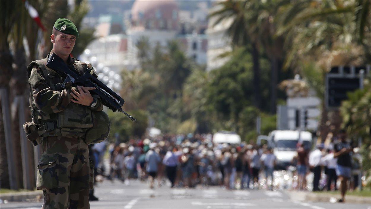 Un soldat de la Légion étrangère patrouille sur la promenade des Anglais le 18 juillet 2016 au troisième jour de deuil national après l'attentat de Nice.