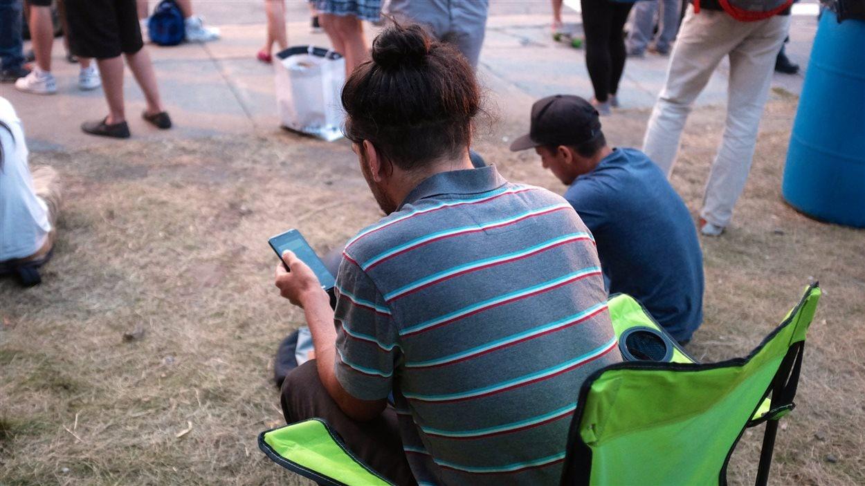Ils étaient plusieurs à avoir apporté leurs chaises pliantes au square Cabot, à Montréal, pour jouer à Pokémon Go.