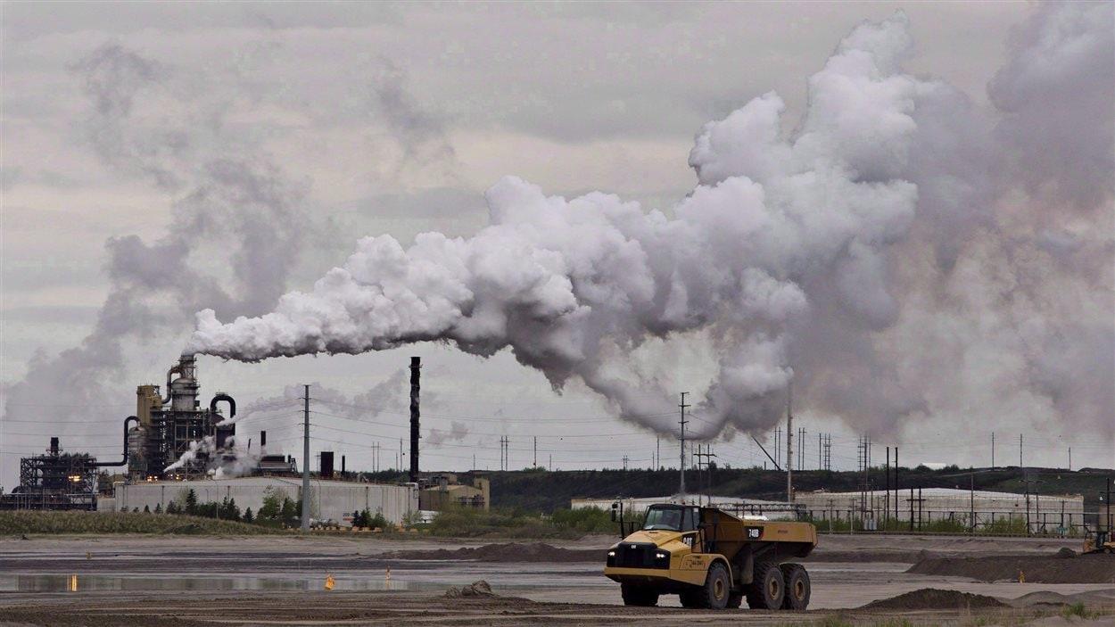 Un camion est à l'oeuvre près d'activités d'extraction dans les sables bitumineux Syncrude, près de Fort McMurray en Alberta.