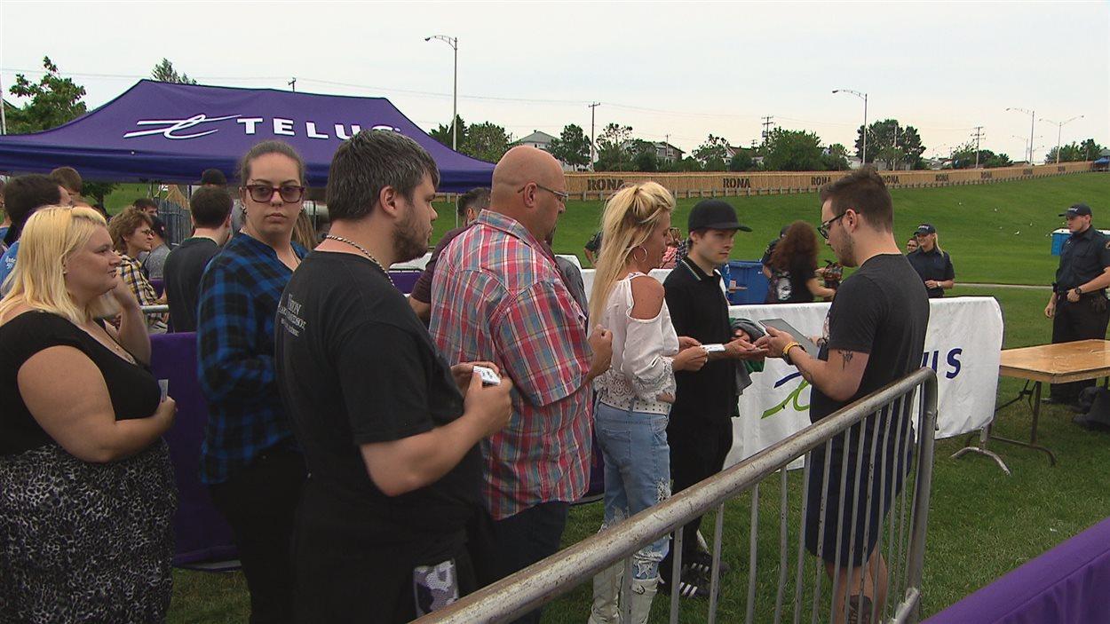 Spectateurs qui s'apprêtent à entrer sur le site des Grandes Fêtes Telus