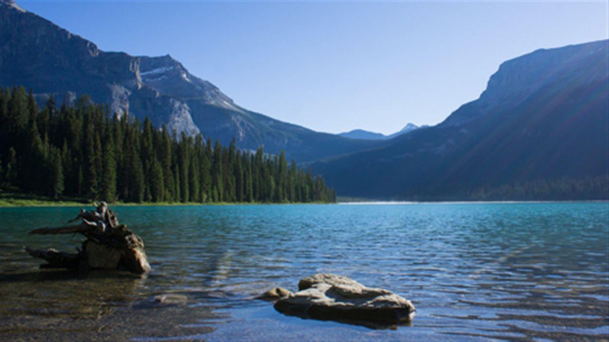 Le lac Emerald dans le parc national Yoho, au milieu des montagnes