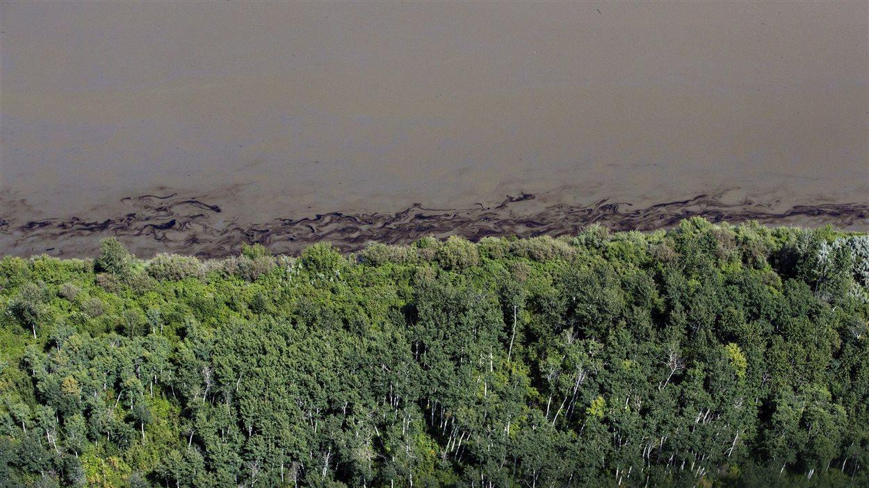 Du pétrole sur une berge de la rivière Saskatchewan Nord le 22 juillet 2016