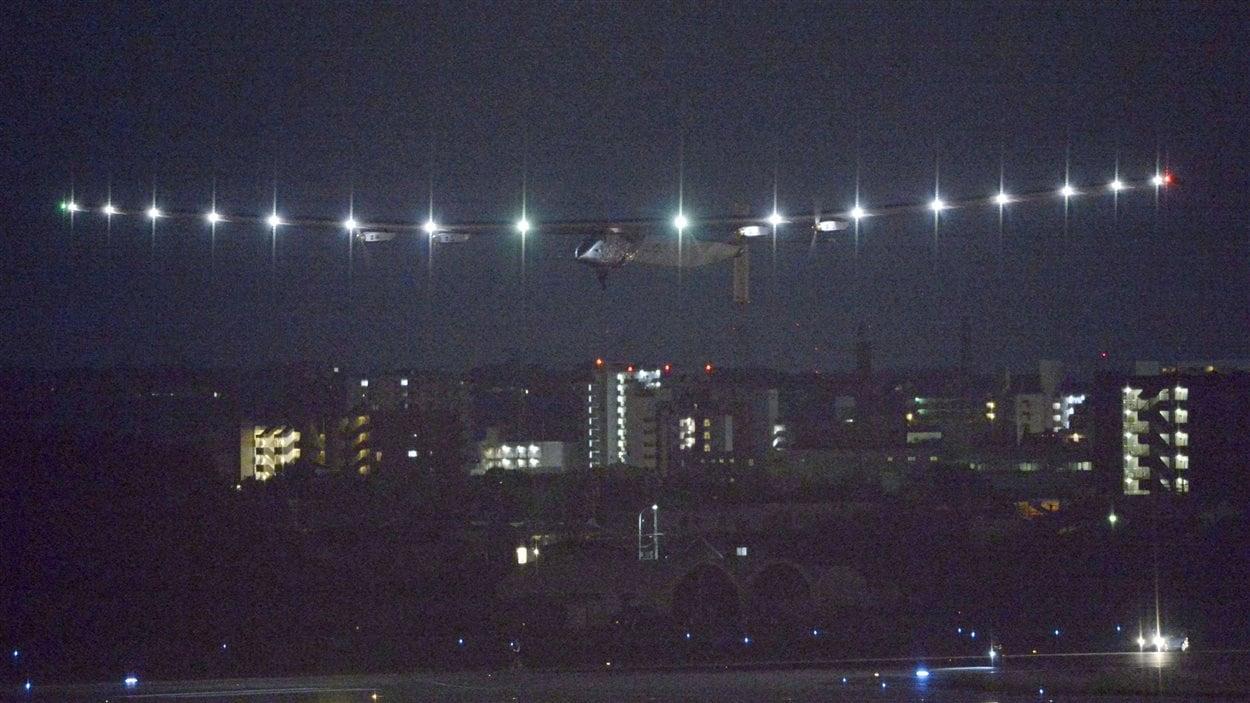 L'avion solaire Solar Impulse 2 survole la ville de Nagoya, au Japon
