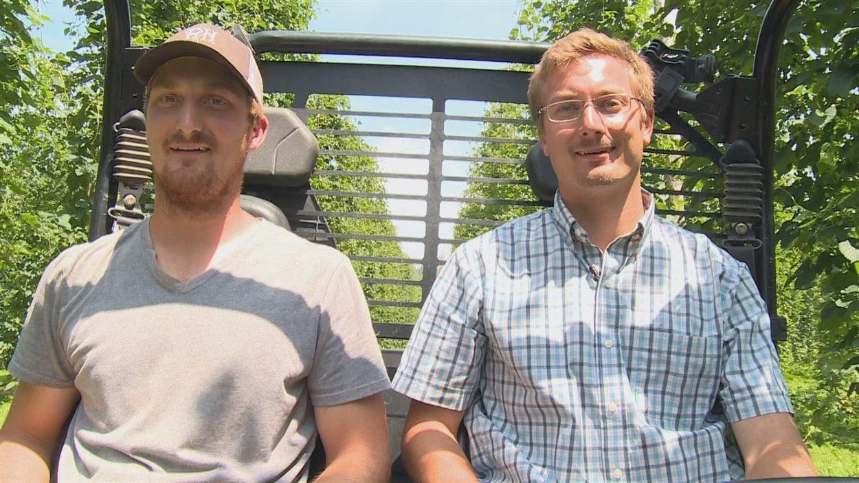 Les producteurs de houblon Scott et Todd Hayhoe