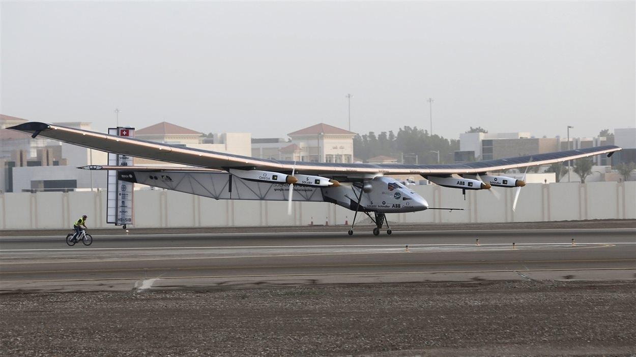 L'avion propulsé à l'énergie solaire Solar Impulse 2, à Abou Dhabi, aux Émirats arabes unis.