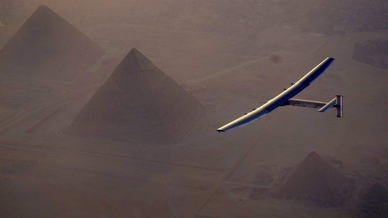 L'avion solaire Solar Impulse 2 survole les pyramides de Gizeh, en Égypte, le 13 juillet 2016.