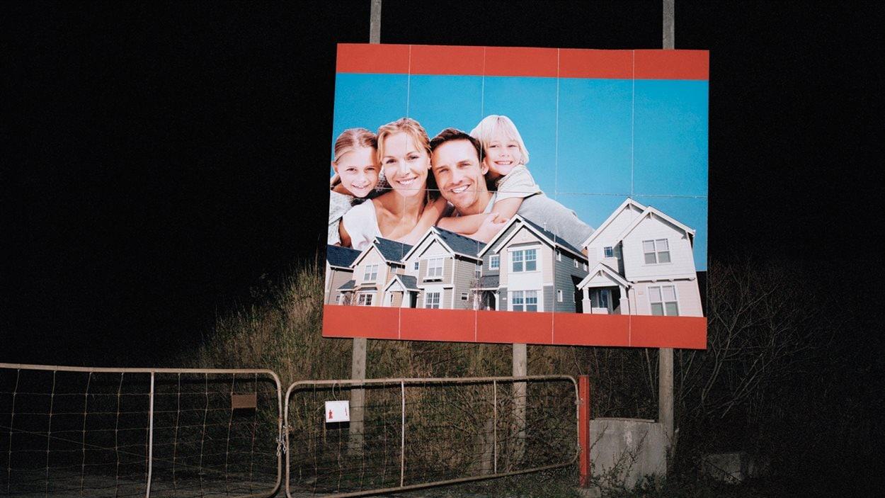 Steve Veilleux confronte rêve et réalité par le biais de l'imagerie de l'industrie immobilière.