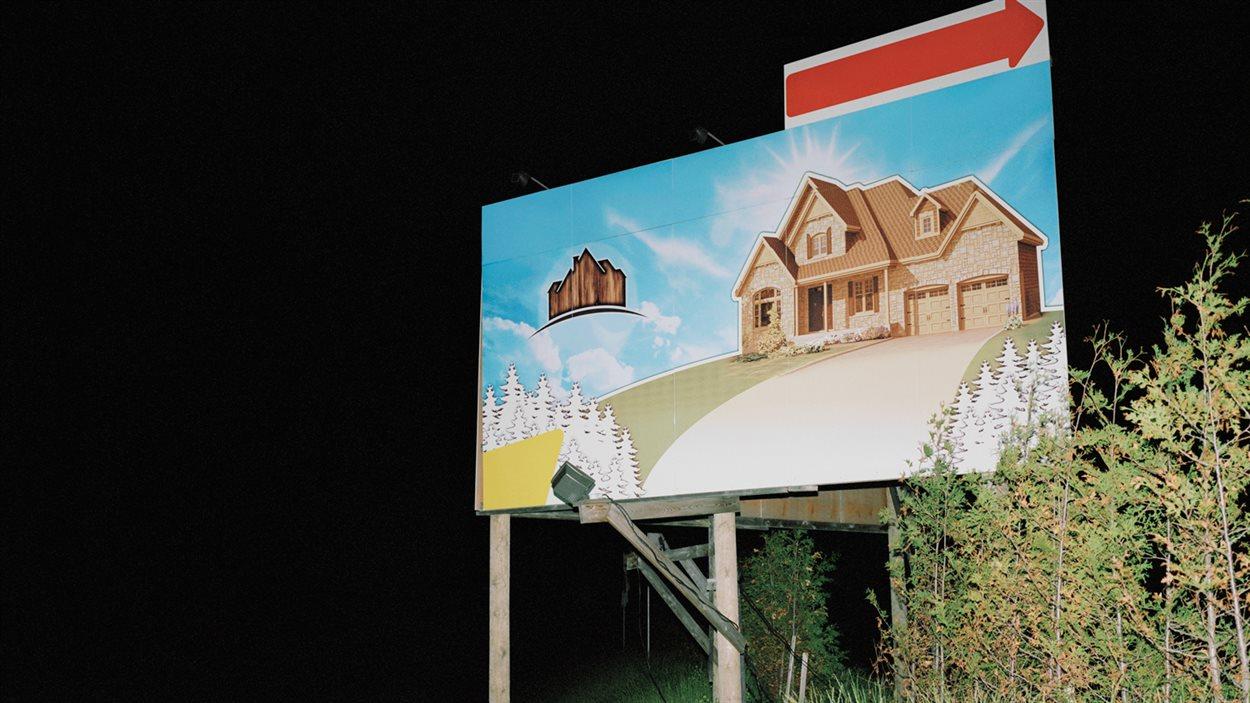 Dans l'exposition «Projections», Steve Veilleux confronte rêve et réalité par le biais de l'imagerie de l'industrie immobilière.
