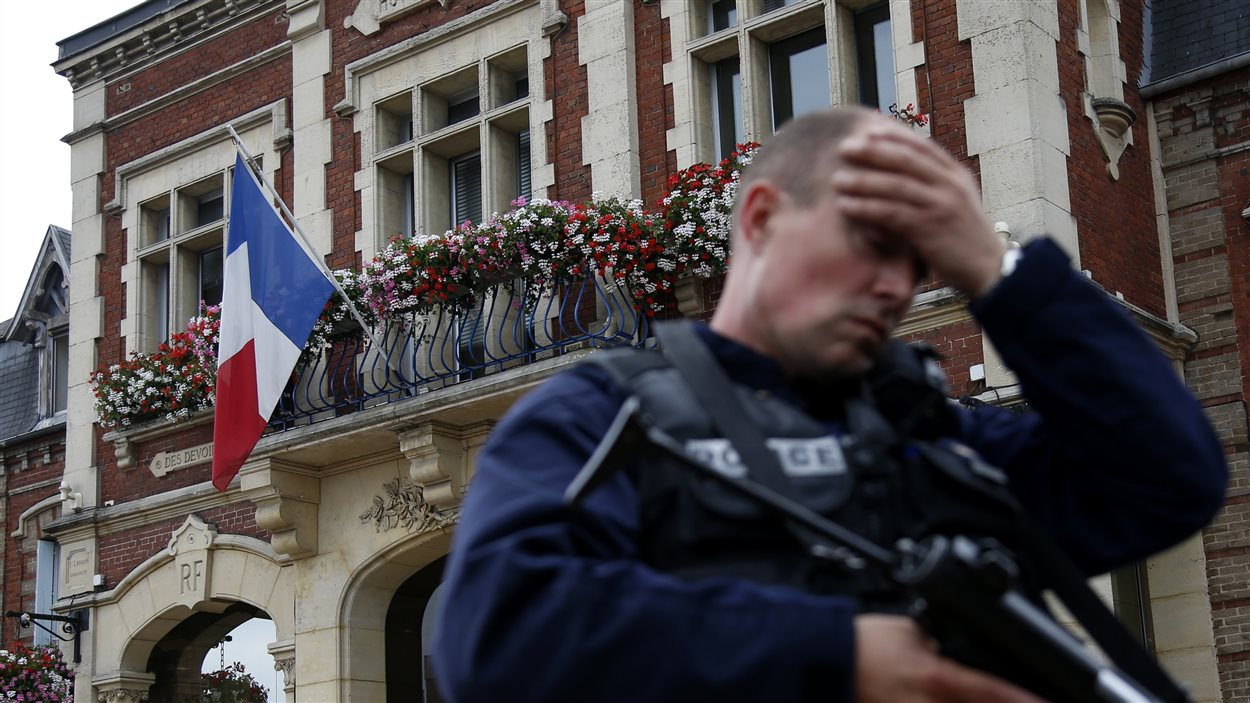 Un policier devant l'hôtel de ville de Saint-Etienne-du-Rouvray