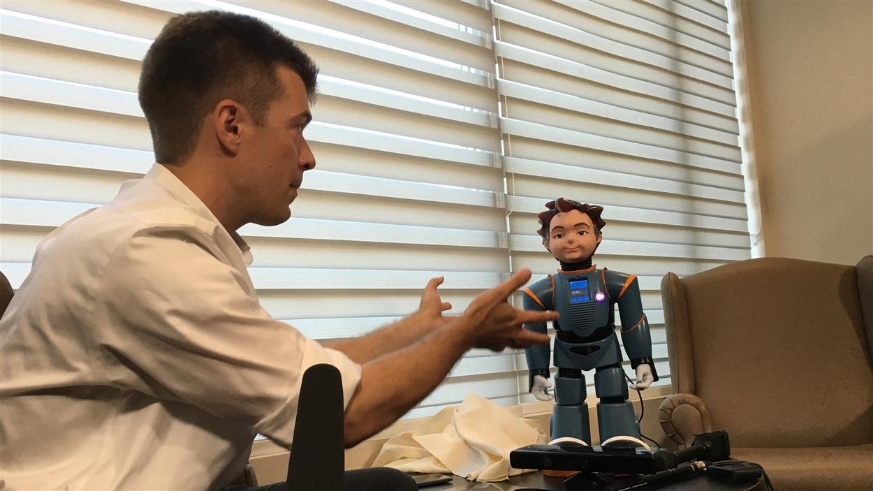 À gauche, Dr Frank Rudzizc, directeur de l'équipe de recherche à l'université de Toronto et Ludwig, le robot humanoïde, à droite.