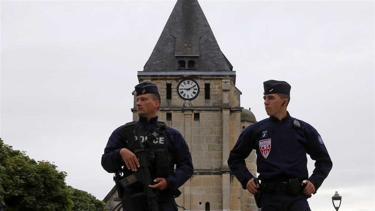 Deux policiers montent la garde près de l'église de Saint-Etienne-du-Rouvray attaquée par des partisans du groupe armé État islamique.