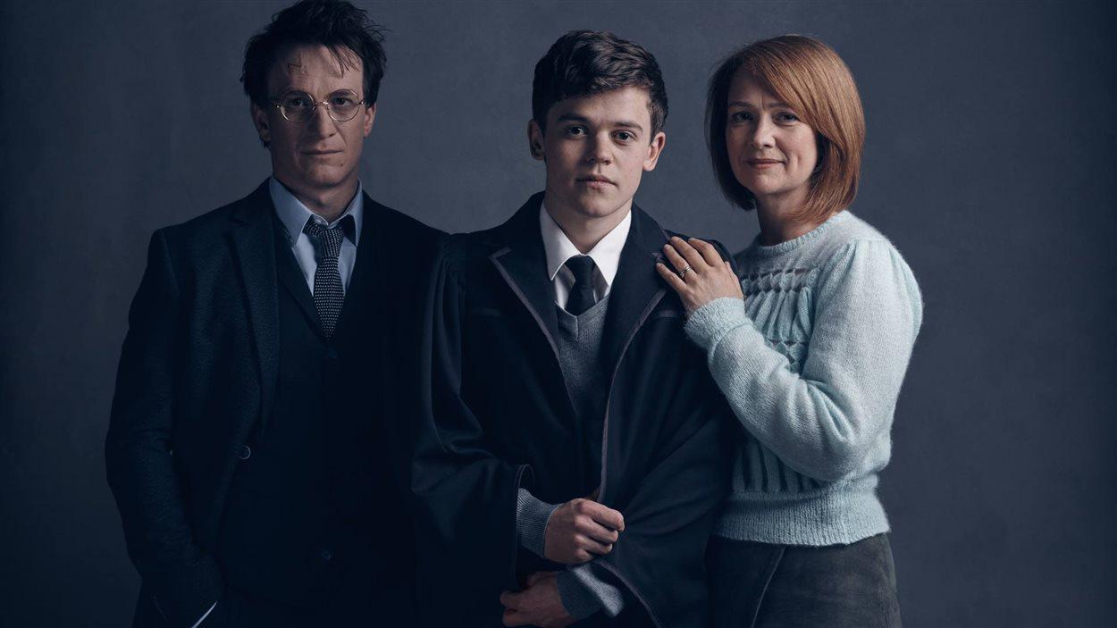 Harry (Jamie Parker), Albus (Sam Clemmett) et Ginny Potter (Poppy Miller) dans la pièce de théâtre <em>Harry Potter and the Cursed Child</em>