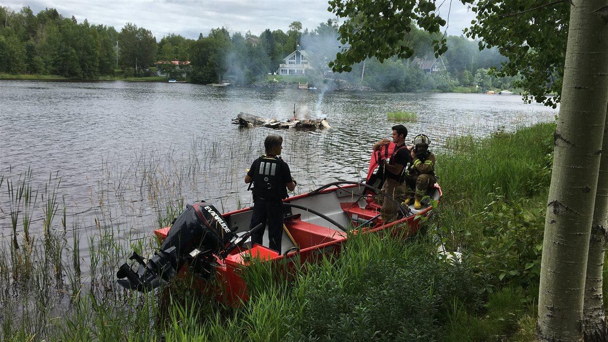 La carcasse du bateau a brûlé pendant près de deux heures