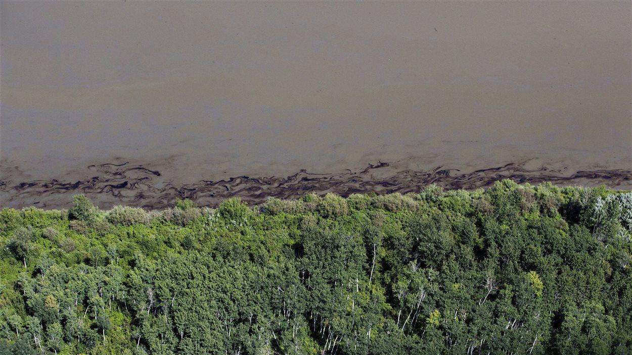 Une nappe de pétrole vue du ciel dans la rivière Saskatchewan Nord après un déversement survenu près de Maidstone, dans l'ouest de la Saskatchewan