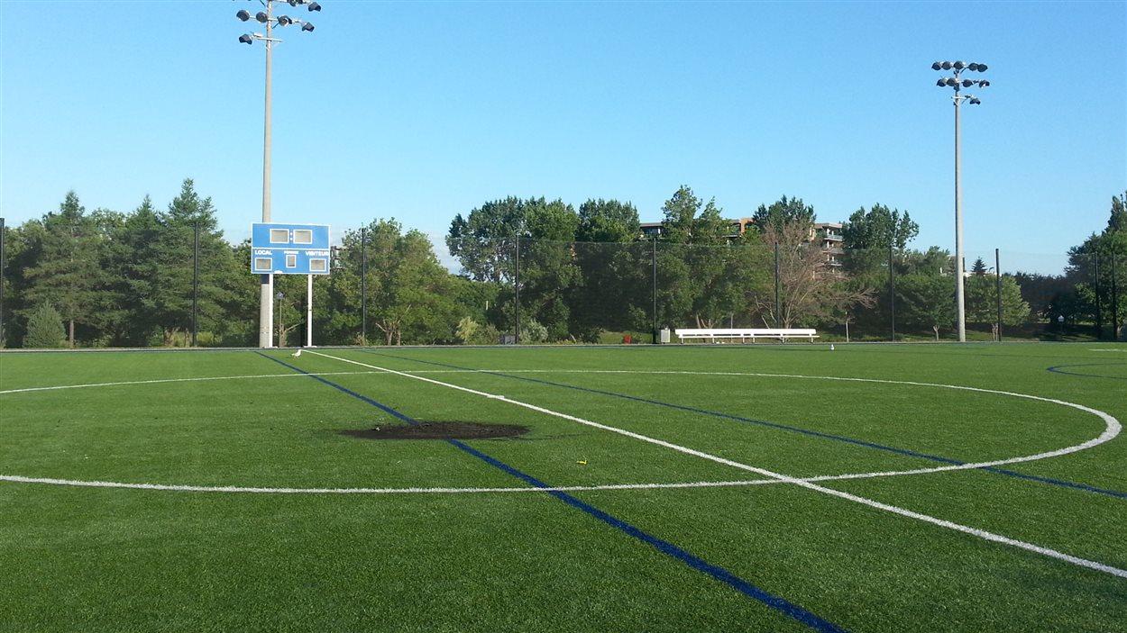 Le feu de joie a laissé un trou dans le centre du terrain de soccer.