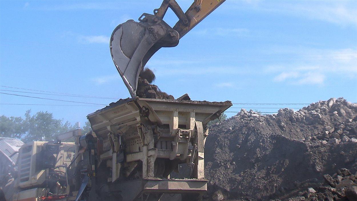 Ce concasseur broie de 1000 à 1500 tonnes de débris de béton et d'asphalte tous les jours sur le chantier du projet Turcot.