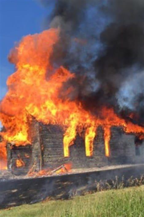 Un incendie a détruit l'église catholique Saint-Hubert dans la Première Nation de Gambler près de Binscarth au Manitoba.