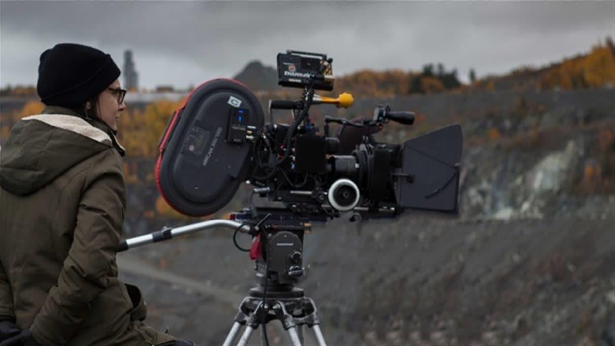 La réalisatrice Chloé Robichaud en tournage de <i>Pays</i>