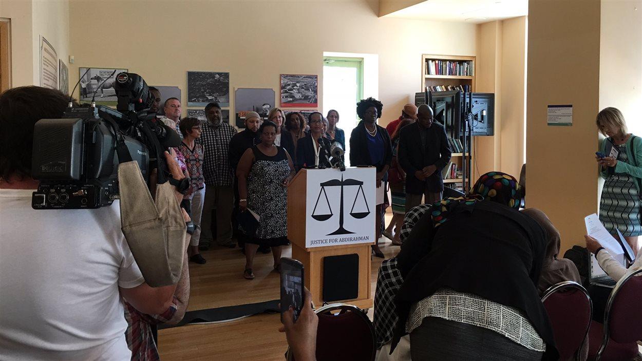 Les membres de la coalition « Justice pour Abdirahman Abdi »