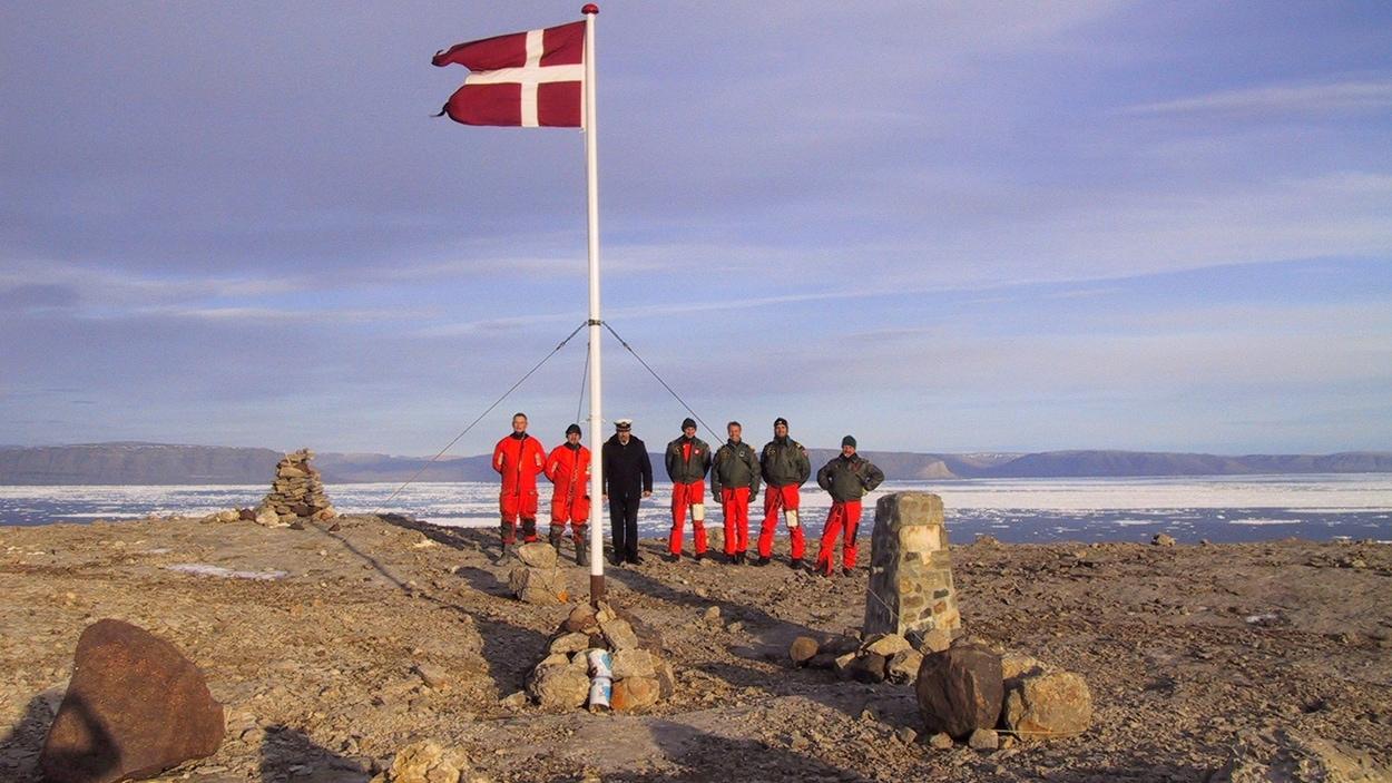 En 2002, des Danois hissaient le drapeau de leur pays sur la minuscule île de Hans, perdue dans l'océan Arctique. Le Danemark et le Canada se disputent ce bout de terre depuis des années.